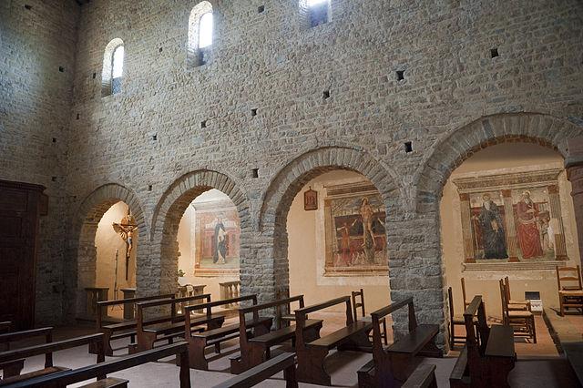 Vista della parete affrescata della pieve di Sant'Appiano
